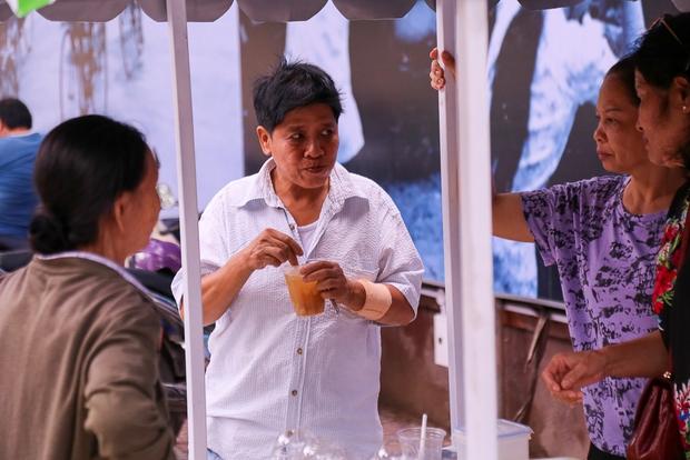 Người dân bắt đầu bán thử nghiệm tại phố hàng rong có sử dụng vỉa hè đầu tiên ở Sài Gòn - Ảnh 11.
