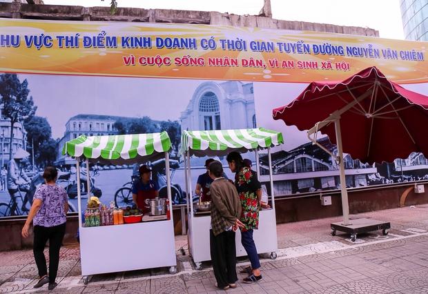 Người dân bắt đầu bán thử nghiệm tại phố hàng rong có sử dụng vỉa hè đầu tiên ở Sài Gòn - Ảnh 4.