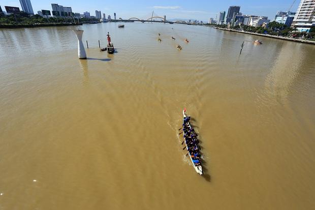 Hàng nghìn người Đà Nẵng đội nắng đổ ra sông Hàn xem đua thuyền ngày 2/9 - Ảnh 14.