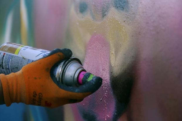 Việc vẽ tranh bằng sơn xịt sẽ dễ và nhanh hơn bằng việc sử dụng cọ.