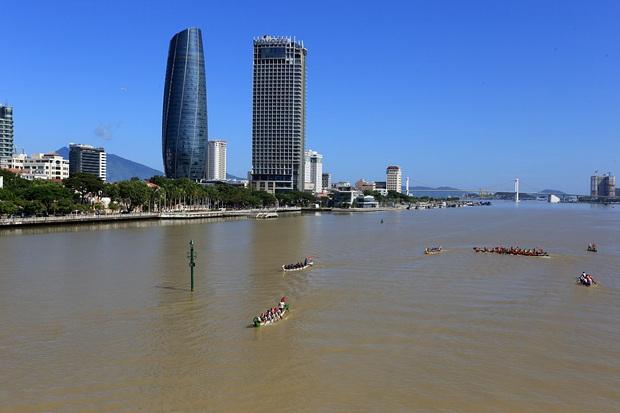 Hàng nghìn người Đà Nẵng đội nắng đổ ra sông Hàn xem đua thuyền ngày 2/9 - Ảnh 3.