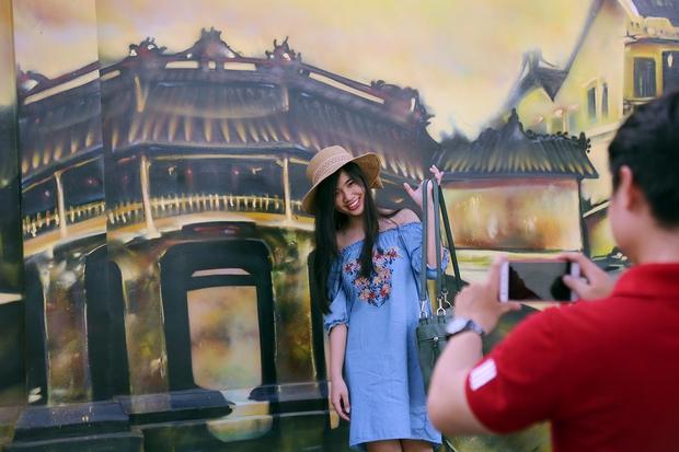 Bức tranh Chùa Cầu ở phố cổ Hội An, tỉnh Quảng Nam được nhiều bạn trẻ ở Sài Gòn chụp hình kỷ niệm nhất.