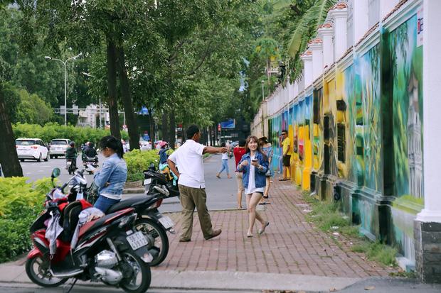Mỗi buổi chiều rất đông các bạn trẻ và cả người lớn tuổi ra vui chơi, ngắm những bức tranh về quê hương đất nước.