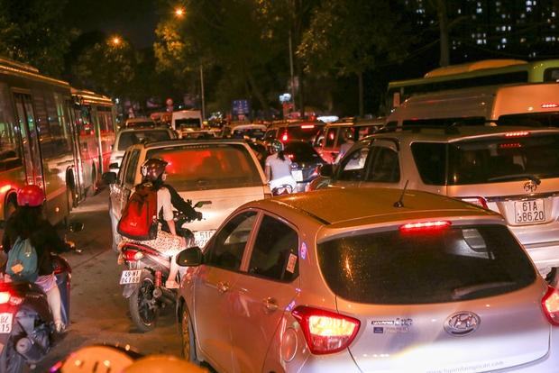 Giao thông ùn tắc nghiêm trọng từ chiều đến tối, khách xuống xe vác balo chạy bộ vào bến xe lớn nhất Sài Gòn - Ảnh 5.
