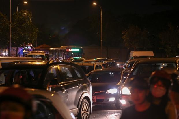 Giao thông ùn tắc nghiêm trọng từ chiều đến tối, khách xuống xe vác balo chạy bộ vào bến xe lớn nhất Sài Gòn - Ảnh 2.