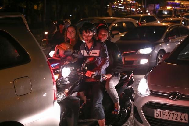 Giao thông ùn tắc nghiêm trọng từ chiều đến tối, khách xuống xe vác balo chạy bộ vào bến xe lớn nhất Sài Gòn - Ảnh 4.