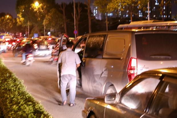 Giao thông ùn tắc nghiêm trọng từ chiều đến tối, khách xuống xe vác balo chạy bộ vào bến xe lớn nhất Sài Gòn - Ảnh 9.