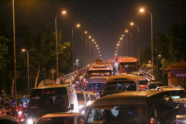 Giao thông ùn tắc nghiêm trọng từ chiều đến tối, khách xuống xe vác balo chạy bộ vào bến xe lớn nhất Sài Gòn - Ảnh 1.