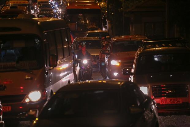 Giao thông ùn tắc nghiêm trọng từ chiều đến tối, khách xuống xe vác balo chạy bộ vào bến xe lớn nhất Sài Gòn - Ảnh 16.