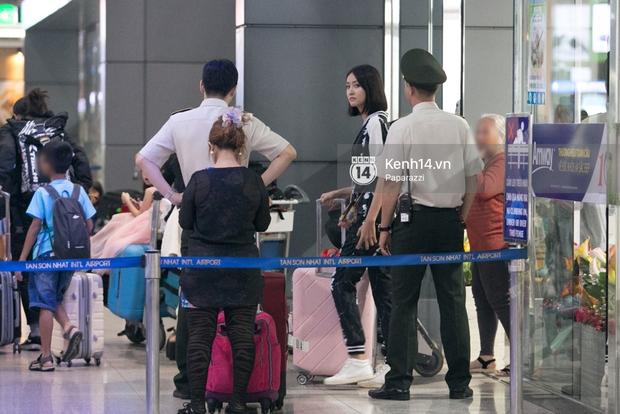 Trương Mỹ Nhân để mặt mộc vẫn rạng ngời, được fan vây kín tại sân bay giữa đêm - Ảnh 1.