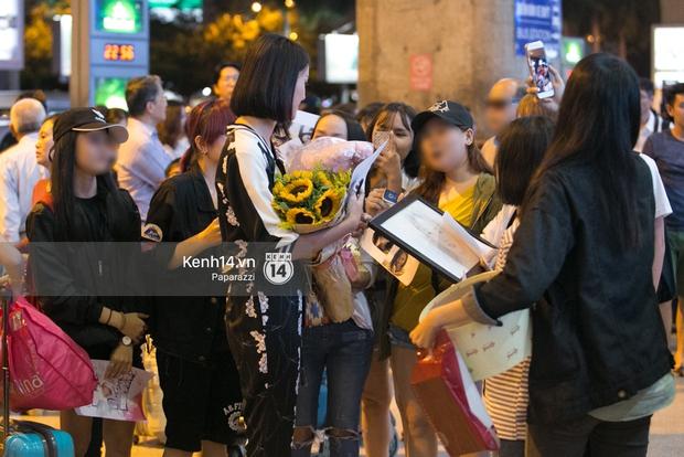 Trương Mỹ Nhân để mặt mộc vẫn rạng ngời, được fan vây kín tại sân bay giữa đêm - Ảnh 7.