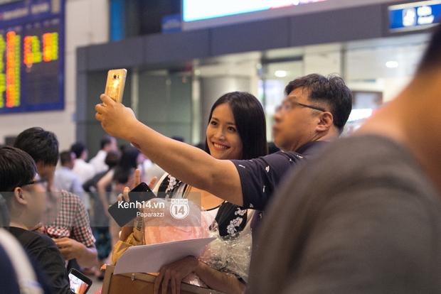 Trương Mỹ Nhân để mặt mộc vẫn rạng ngời, được fan vây kín tại sân bay giữa đêm - Ảnh 11.