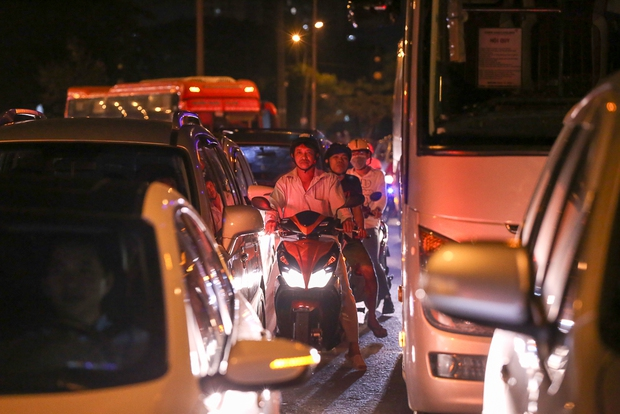 Giao thông ùn tắc nghiêm trọng từ chiều đến tối, khách xuống xe vác balo chạy bộ vào bến xe lớn nhất Sài Gòn - Ảnh 14.