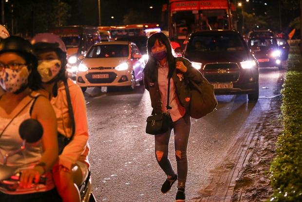 Giao thông ùn tắc nghiêm trọng từ chiều đến tối, khách xuống xe vác balo chạy bộ vào bến xe lớn nhất Sài Gòn - Ảnh 7.