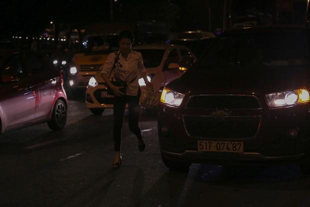 Giao thông ùn tắc nghiêm trọng từ chiều đến tối, khách xuống xe vác balo chạy bộ vào bến xe lớn nhất Sài Gòn - Ảnh 6.