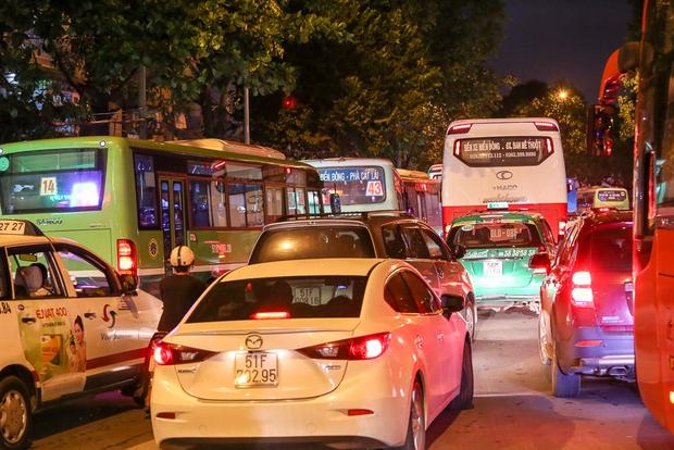 Giao thông ùn tắc nghiêm trọng từ chiều đến tối, khách xuống xe vác balo chạy bộ vào bến xe lớn nhất Sài Gòn - Ảnh 13.