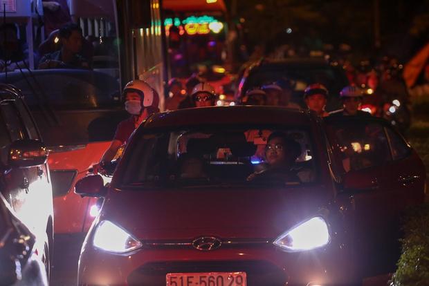 Giao thông ùn tắc nghiêm trọng từ chiều đến tối, khách xuống xe vác balo chạy bộ vào bến xe lớn nhất Sài Gòn - Ảnh 12.