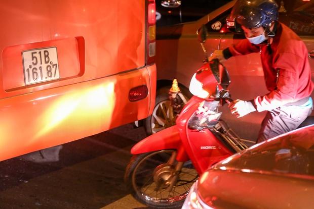 Giao thông ùn tắc nghiêm trọng từ chiều đến tối, khách xuống xe vác balo chạy bộ vào bến xe lớn nhất Sài Gòn - Ảnh 11.