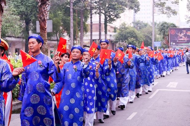Chú rể bật khóc vì hạnh phúc trong Lễ cưới tập thể của 100 đôi uyên ương ở Sài Gòn - Ảnh 3.