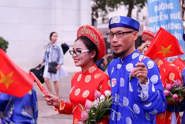 Chú rể bật khóc vì hạnh phúc trong Lễ cưới tập thể của 100 đôi uyên ương ở Sài Gòn - Ảnh 4.