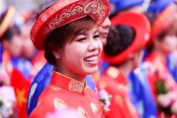 Chú rể bật khóc vì hạnh phúc trong Lễ cưới tập thể của 100 đôi uyên ương ở Sài Gòn - Ảnh 10.