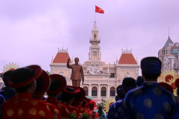Chú rể bật khóc vì hạnh phúc trong Lễ cưới tập thể của 100 đôi uyên ương ở Sài Gòn - Ảnh 9.