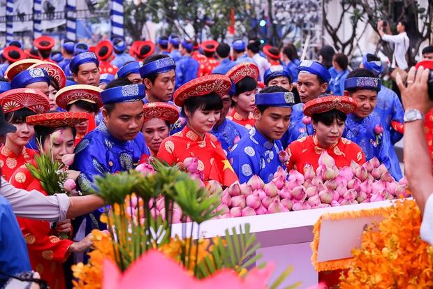 Chú rể bật khóc vì hạnh phúc trong Lễ cưới tập thể của 100 đôi uyên ương ở Sài Gòn - Ảnh 16.