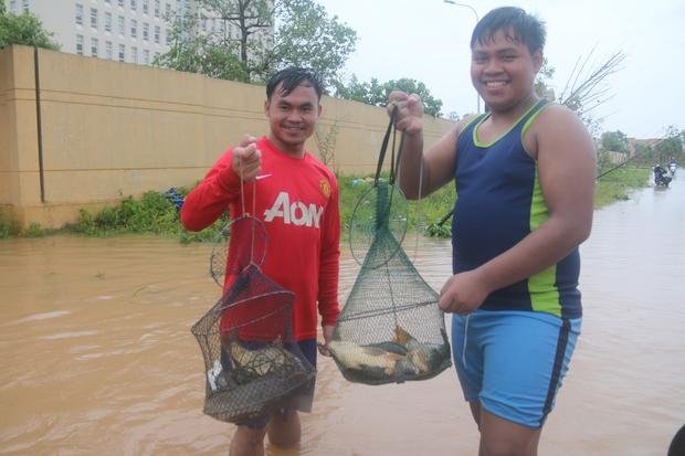 Sau bão số 10, người dân Quảng Bình quăng chài, thả lưới bắt cá giữa phố - Ảnh 5.