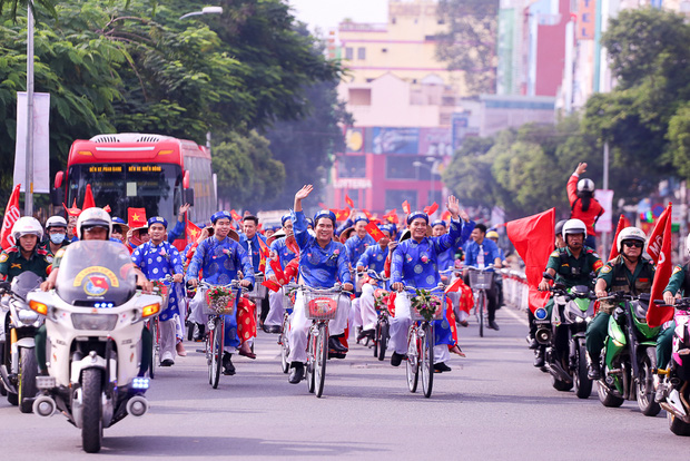 Chú rể bật khóc vì hạnh phúc trong Lễ cưới tập thể của 100 đôi uyên ương ở Sài Gòn - Ảnh 2.