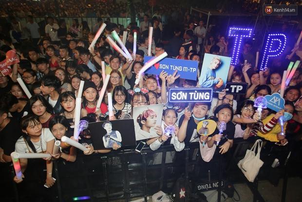 Sơn Tùng M-TP xuất hiện trên sân khấu đại nhạc hội với vẻ ngoài không thể điển trai hơn! - Ảnh 49.