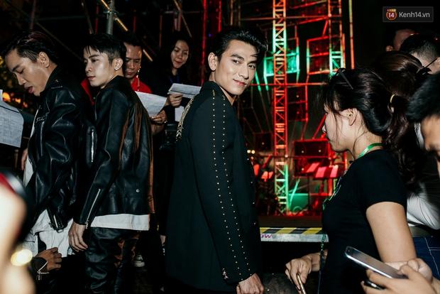 Sơn Tùng M-TP xuất hiện trên sân khấu đại nhạc hội với vẻ ngoài không thể điển trai hơn! - Ảnh 4.