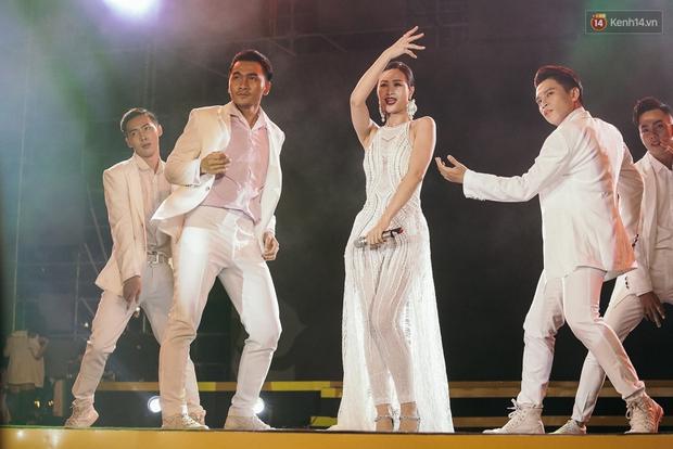 Sơn Tùng M-TP xuất hiện trên sân khấu đại nhạc hội với vẻ ngoài không thể điển trai hơn! - Ảnh 18.