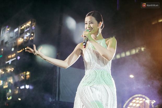 Sơn Tùng M-TP xuất hiện trên sân khấu đại nhạc hội với vẻ ngoài không thể điển trai hơn! - Ảnh 19.