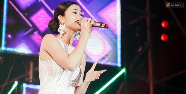 Sơn Tùng M-TP xuất hiện trên sân khấu đại nhạc hội với vẻ ngoài không thể điển trai hơn! - Ảnh 24.