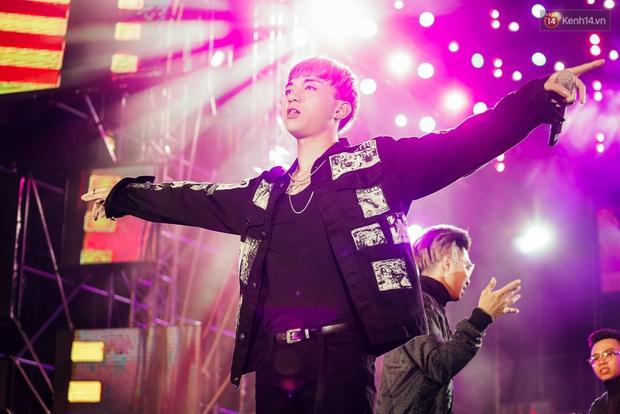 Sơn Tùng M-TP xuất hiện trên sân khấu đại nhạc hội với vẻ ngoài không thể điển trai hơn! - Ảnh 31.