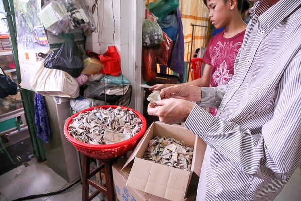 Clip: Hàng trăm người dân đánh nhau giành tiền cúng cô hồn gây náo loạn đường phố Sài Gòn - Ảnh 3.