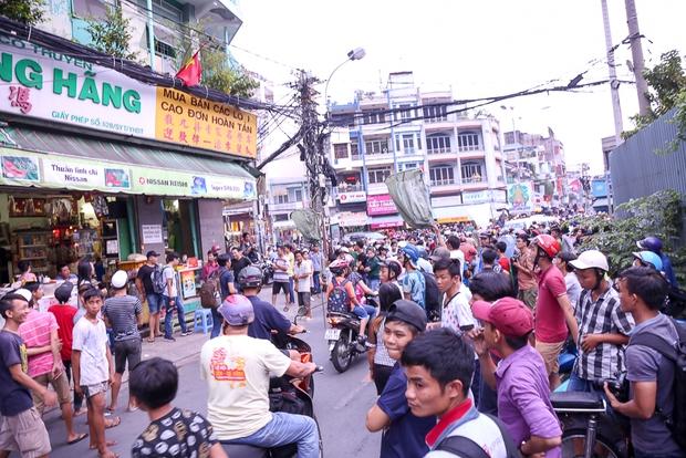 Clip: Hàng trăm người dân đánh nhau giành tiền cúng cô hồn gây náo loạn đường phố Sài Gòn - Ảnh 10.