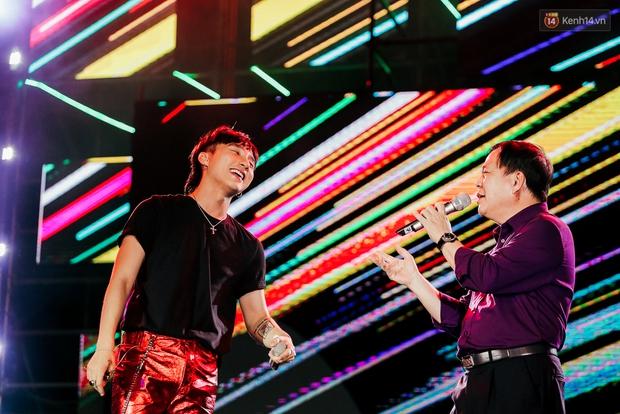 Sơn Tùng M-TP xuất hiện trên sân khấu đại nhạc hội với vẻ ngoài không thể điển trai hơn! - Ảnh 44.