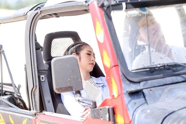 Khổng Tú Quỳnh diện loạt trang phục ngắn cũn, phơi mình dưới nắng gắt để quay MV mới - Ảnh 5.