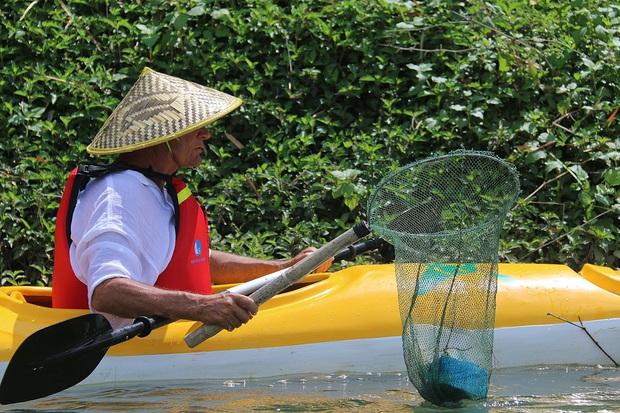 Nhiều người vô tư xả rác, còn khách Tây bỏ 10 USD để mua tour du lịch vớt rác trên sông Hoài, Hội An - Ảnh 15.