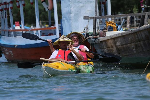 Nhiều người vô tư xả rác, còn khách Tây bỏ 10 USD để mua tour du lịch vớt rác trên sông Hoài, Hội An - Ảnh 4.