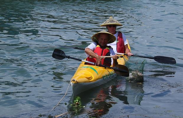 Nhiều người vô tư xả rác, còn khách Tây bỏ 10 USD để mua tour du lịch vớt rác trên sông Hoài, Hội An - Ảnh 19.