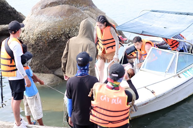 Khổng Tú Quỳnh diện loạt trang phục ngắn cũn, phơi mình dưới nắng gắt để quay MV mới - Ảnh 4.