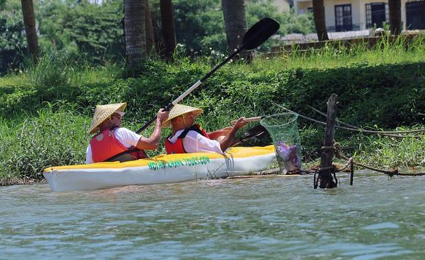 Nhiều người vô tư xả rác, còn khách Tây bỏ 10 USD để mua tour du lịch vớt rác trên sông Hoài, Hội An - Ảnh 16.