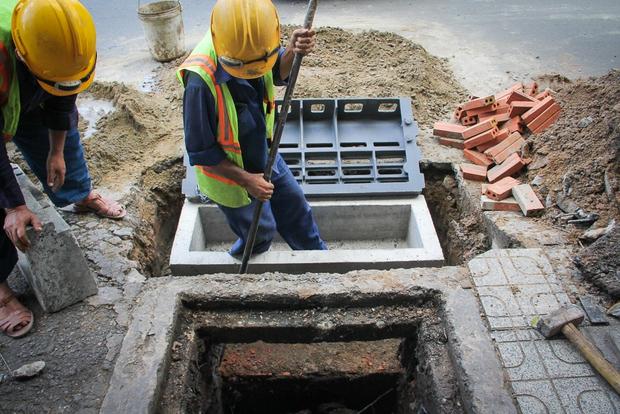 Hàng trăm hố ga thông minh được lắp đặt để ngăn mùi hôi, chặn rác chống ngập trên phố Sài Gòn - Ảnh 3.