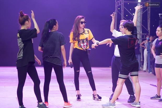 Hồ Ngọc Hà luyện tập hết mình trên sân khấu Chung kết Vietnams Next Top Model - Ảnh 8.