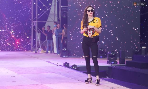 Hồ Ngọc Hà luyện tập hết mình trên sân khấu Chung kết Vietnams Next Top Model - Ảnh 9.