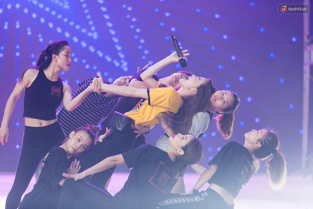 Hồ Ngọc Hà luyện tập hết mình trên sân khấu Chung kết Vietnams Next Top Model - Ảnh 12.