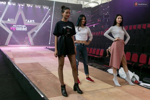 Hồ Ngọc Hà luyện tập hết mình trên sân khấu Chung kết Vietnams Next Top Model - Ảnh 16.