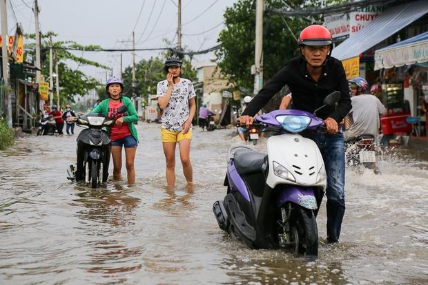 """Gần 3km đường biến thành sông vì triều cường, ô tô """"quật"""" trẻ em té ngã giữa dòng nước ở Sài Gòn - Ảnh 10."""